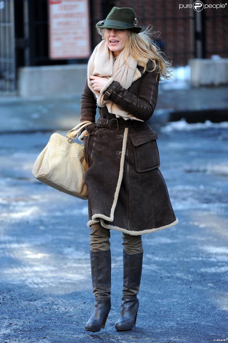 blake lively a c d la tendance manteau en peau retourn pour se prot ger du froid. Black Bedroom Furniture Sets. Home Design Ideas