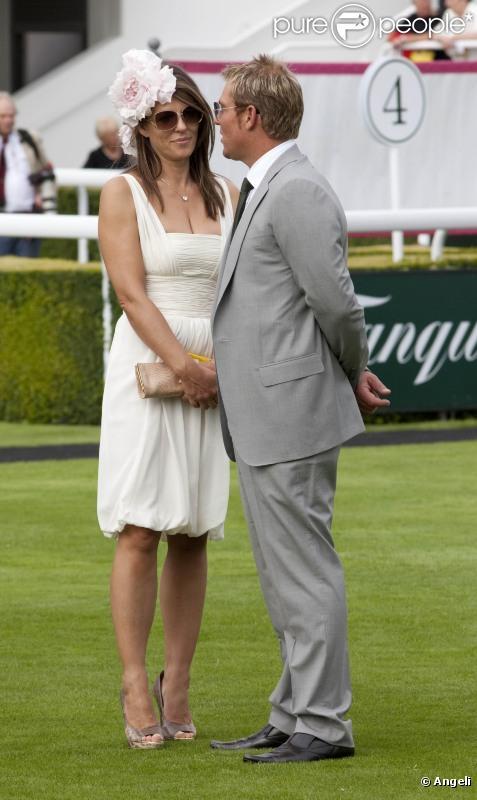 Selon la presse anglaise, Elizabeth Hurley aurait une aventure avec l'ancien joueur de cricket australien Shane Warne. Ils se sot rencontrés aux courses Goodwood le 27 juillet 2010