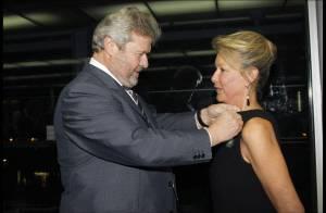 Arielle Dombasle assiste à la décoration d'un des plus beaux bijoux Cartier...