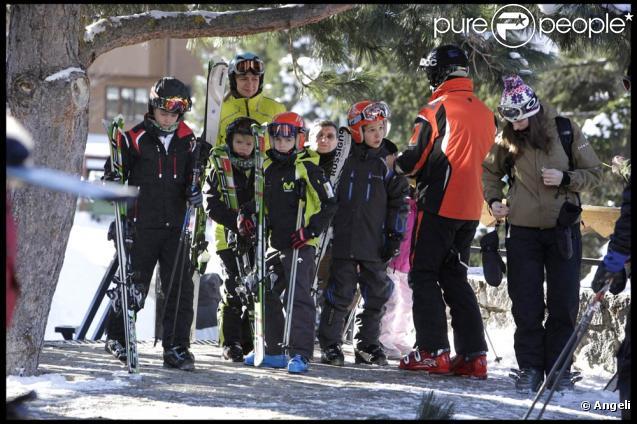 Comme chaque année, les royaux espagnols profitent des vacances de fin d'année pour s'adonna aux sports d'hiver à Baqueira-Beret. Photo : l'infante Critina avec son mari et leurs quatre enfants.