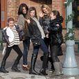 Lori Loughlin, ses filles Olivia et Isabella, et une amie font du shopping à Aspen où elles passent les fêtes de fin d'année le 27 décembre 2010 !