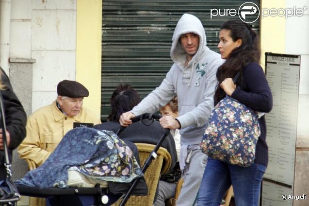 Joseph Fiennes, son épouse Maria Dolores Dieguez, et leur enfant dans les rues de Palma de Majorque. 29/12/2010