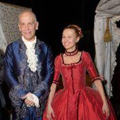 Découvrez John Malkovich en élégant Casanova sous les yeux de sa femme !