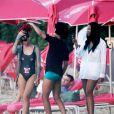 Rihanna, déchaînée, décompresse sur une plage de la Barbade avec des amis. Décembre 2010