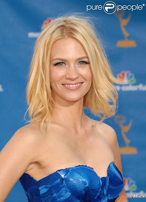 January Jones pose pendant les Emmy Awards à Los Angeles en août 2010