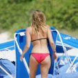 Fergie profite de la plage avec son fiancé