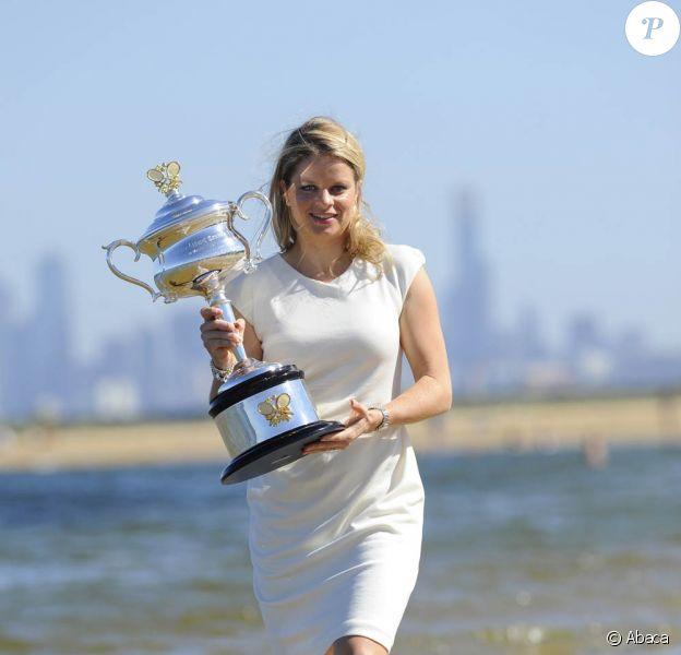 Kim Clijsters, le 30 janvier 2011, posait sur Brighton Beach à Melbourne avec son trophée, gagné la veille à l'Open d'Australie. Avant de partir vers de nouvelles aventures...