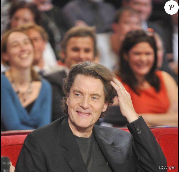 Quasi-imperturbable dans son fief d'Astaffort, Francis Cabrel (photo : Vivement dimanche, novembre 2010) se prête à une copieuse interview passionnante pour le magazine Serge (n°3 février-mars 2011).