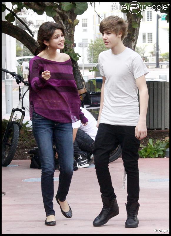 Justin Bieber et Selena Gomez étaient déjà surpris par des photographes, redoublant de complicité, à Los Angeles, le 18 décembre 2010.