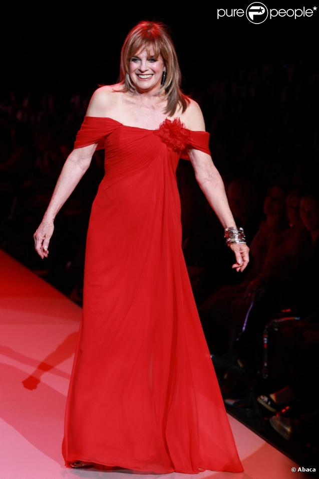 Linda Gray défile pour la soirée The Heart Truth's Red Dress Collection à New York, le 9 février 2011.