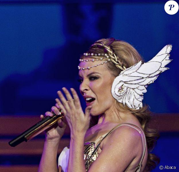 Kylie Minogue se produit sur la scène de la Herning Multi-Arena, à Herning, au Danemark, pour le premier concert de son Aphrodite - Les Folies World Tour, samedi 19 février.