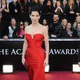 Sandra Bullock a choisi le rouge pour briller sur le tapis rouge lors de la cérémonie des Oscars à Los Angeles le 27 février 2011. Robe signée Vera Wang