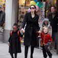 Angelina Jolie et ses enfants en pleine séance shopping à New York en décembre 2010