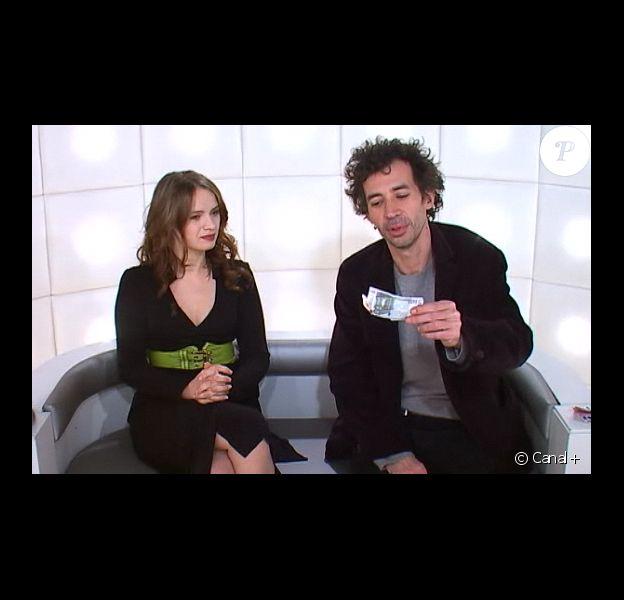 Sara Forestier et Eric Elmosnino lors de la boîte à questions du Grand Journal le 2 mars 2011 sur Canal+. Eric Elmosnino brûle un billet de banque