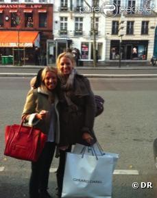 Blake Lively à Paris, le samedi 5 mars, après avoir dévalisé la boutique Darel du boulevard St-Germain (Paris), pose avec une amie.