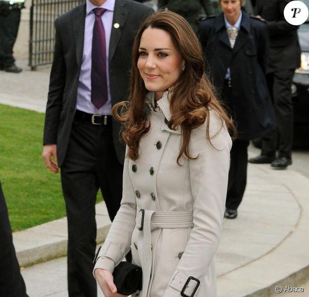 Kate Middleton lors de sa visite à Belfast dans un trench en laine Burberry