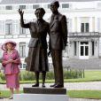 La reine Beatrix dans les jardins du palais de Soestdijk, dévoilant une statue de ses parents, en 2009.
