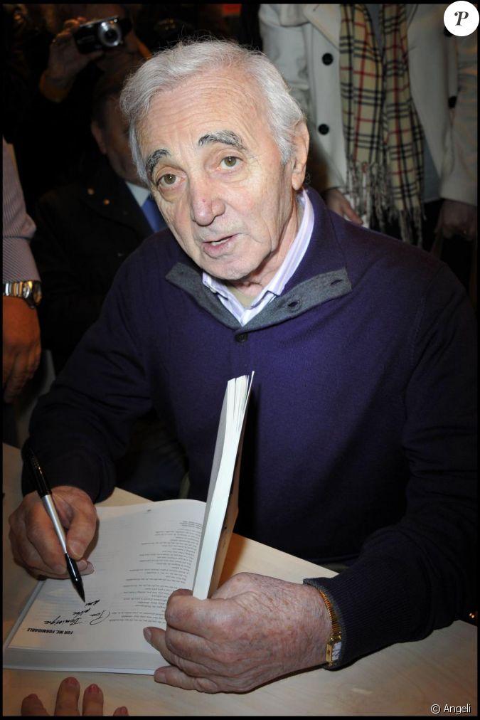 Charles aznavour au salon du livre paris en mars 2011 for Salon du couteau paris