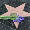 Gerbes de fleurs sur l'étoile d'Elizabeth Taylor le 24 mars 2011