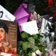 Gerbes de fleurs devant le domicile d'Elizabeth Taylor le 24 mars 2011