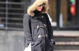 Quelle star mondiale sexy se cache derrière ce manteau et ces lunettes noires ?