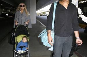 PHOTOS : Emma Bunton prend l'avion en famille et avec bébé