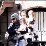 Sarah Jessica Parker : emmitouflée, elle oublie d'habiller ses jumelles !