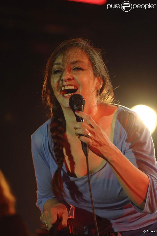 Le 30 mars 2011, Catherine Ringer (photo : aux Francofolies de La Rochelle 2008) présentait en toute confidentialité son nouvel album et son premier solo,  Ring n' Roll , sur la scène de la Boule Noire à Paris.