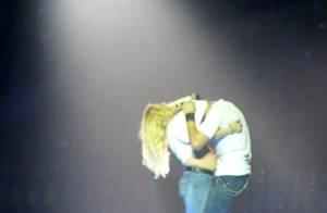 Enrique Iglesias va très loin avec une fan en soutien-gorge sur scène !