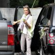 Alessandra Ambrosio naturelle comme on l'aime, sous le soleil de Los Angeles le 13 avril 2011
