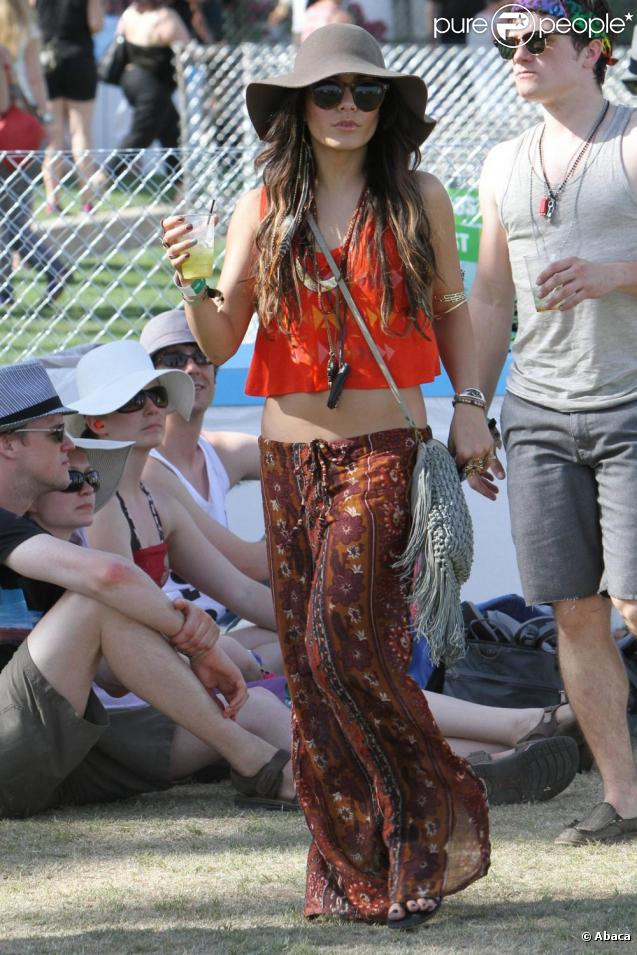 vanessa hudgens en mode hippy chic au festival de coachella capeline pantalon ethnique et. Black Bedroom Furniture Sets. Home Design Ideas