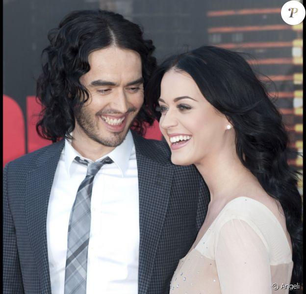 Pleins de complicité : Russell Brand et sa femme Katy Perry lors de l'avant-première à Londres du film Arthur, le 19 avril 2011