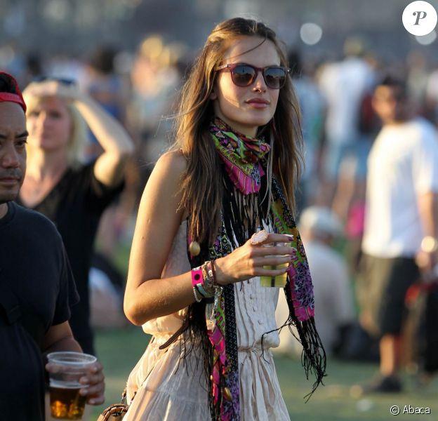Alessandra Ambrosio a mis KO toutes les minettes de Coachella dans son look bohème chic qu'on lui piquerait volontiers. Bravo pour le foulard multicolore !