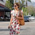 On adore le style vintage d'Eva Mendes ! La star a ressorti ses robes à fleurs et ses chaussures compensées pour nous en mettre plein la vue !
