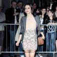 Quand Keira Knightley sort du théâtre, elle fait toujours carton plein ! Robe légère, blazer gris, accessoires accordés, elle est au top !