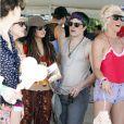 Vanessa Hudgens arbore un look hippie, à Indio (Californie), avec des amis et Josh Hutcherson, samedi 16 avril.