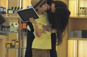 Victoria Beckham : En super maman, elle couvre son Romeo de bisous  !