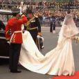 La future mariée, Kate Middleton, arrive en l'abbaye de Westminster, à Londres, au bras de son père Michael Middleton. Le 29 avril 2011