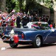Le prince William et Catherine, duc et duchesse de Cambridge, se sont éclipsés du vin d'honneur à Buckingham Palace, le 29 avril 2011, au volant de la DB6 Volante Aston Martin du prince Charles. Direction Clarence House, pour se changer en vue du dîner et de la soirée dansante !