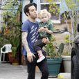 Pete Wentz embarque à bord de sa voiture avec son fils Bron Mowgli, 2 ans et demi, mercredi 20 avril à Los Angeles.