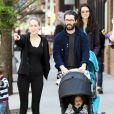 Leelee Sobieski et son mari Adam Kimmel se promènent à New York le 1er mai 2011, avec leur fille Louisanna