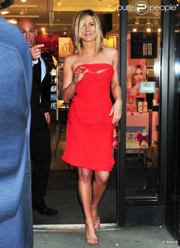 Jennifer Aniston à la sortie du magasin Sephora à New York pour la promo de son parfum Lolavie. Le 5 mai 2011 à New York