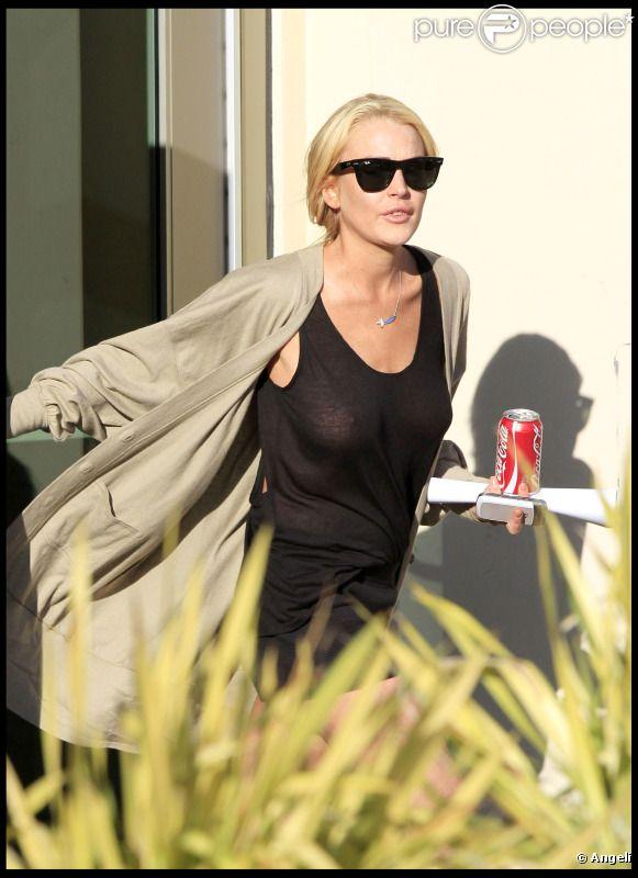 Lundi 2 mai, Lindsay Lohan se rend au Downtown Women's Center de Los Angeles, afin de  s'enregistrer et d'être orientées sur les tâches qui lui seront  attribuées pour exercer ses travaux d'intérêt général.
