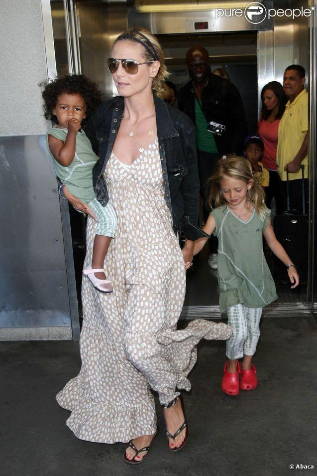 Toujours très lookée, Heidi Klum rentre de vacances à Miami  avec sa famille. Los Angeles, 12 mai 2011