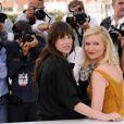 Charlotte Gainsbourg et Kirsten Dunst lors du photocall du film Melancholia au festival de Cannes le 18 mai 2011