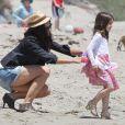 Katie Holmes et Suri, duo de charme sur la plage de Malibu le 30 mai 2011
