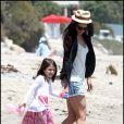Katie Holmes et Suri Cruise en talons sur une plage à Malibu le 30 mai 2011