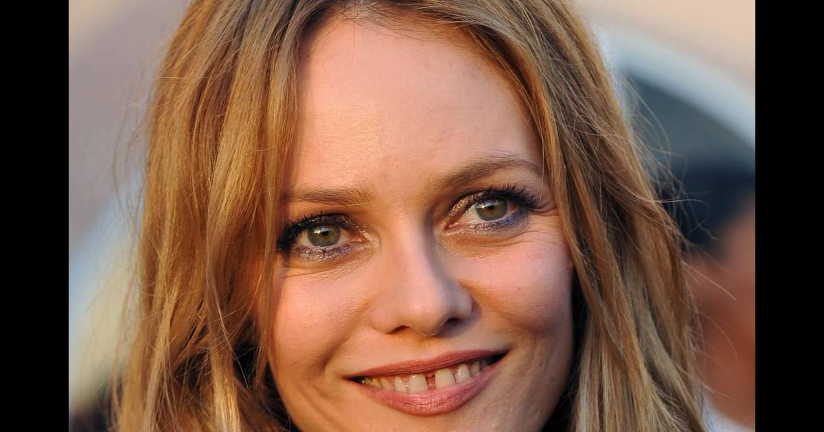 vanessa paradis est une ic ne de mode appr ci e de tous ses dents du bonheur sont l 39 un de ses. Black Bedroom Furniture Sets. Home Design Ideas