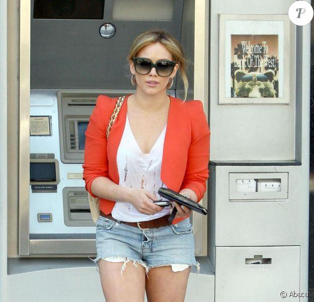 Hilary Duff s'arrête à un distributeur automatique de billets pour retirer de l'argent, à Los Angeles, jeudi 2 juin 2011.
