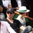 Gad Elmaleh et son fils Noé lors de la finale du tournoi de Roland-Garros, le 5 juin 2011.